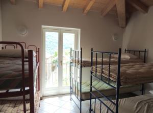 Ein Etagenbett oder Etagenbetten in einem Zimmer der Unterkunft Ostello Dosso del Liro