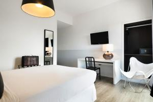 A bed or beds in a room at Hotel Acta Madfor
