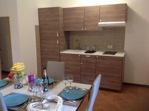 A kitchen or kitchenette at La Perla