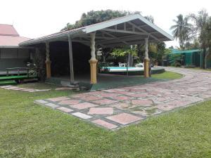 A garden outside Fare Apitia
