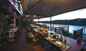 A restaurant or other place to eat at Dungbeetle River Lodge
