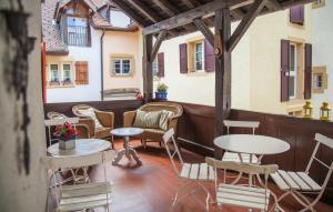 Ein Restaurant oder anderes Speiselokal in der Unterkunft Hôtel Les Vieux Toits