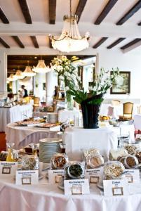 Ein Restaurant oder anderes Speiselokal in der Unterkunft Hotel Elisabethpark