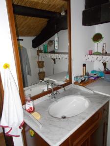 A bathroom at Le journal Blanc