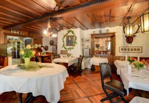 A restaurant or other place to eat at Romantik Hotel Gasthaus Rottner