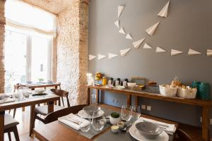 A restaurant or other place to eat at Feels Like Home Rossio Prime Suites