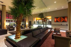 The lounge or bar area at Ramada Plaza by Wyndham West Hollywood Hotel & Suites