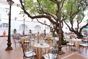 A restaurant or other place to eat at Hotel Continental Saigon