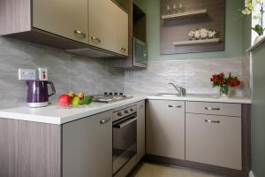 A kitchen or kitchenette at The Reserve at Muckross Park