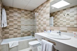 A bathroom at Best Club Vacaciones Pueblo Indalo