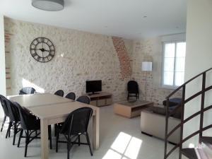 Salon ou bar de l'établissement Gite du Domaine du Haut Perron