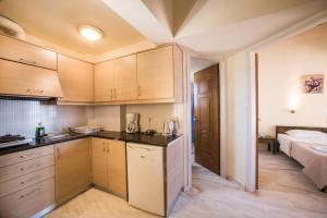 Majoituspaikan Mythos Beach Hotel Apartments keittiö tai keittotila