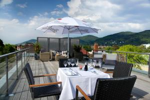 A restaurant or other place to eat at Qube Hotel Bergheim