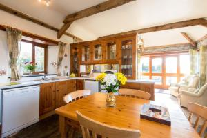 A kitchen or kitchenette at The Linhay at St Teath