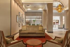 The lounge or bar area at Embassy Suites Baton Rouge