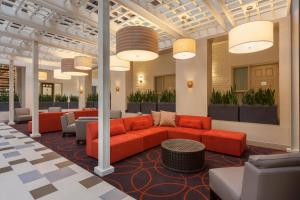 The lobby or reception area at Embassy Suites Baton Rouge