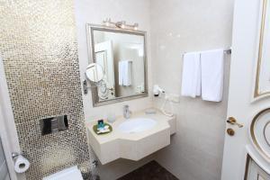 Um banheiro em Opera Hotel