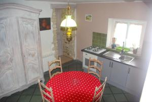 A kitchen or kitchenette at Les Volets Bleus