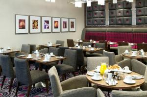 A restaurant or other place to eat at DoubleTree by Hilton London Victoria