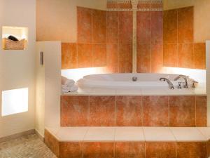 A bathroom at Sopocki Dwór Apartments