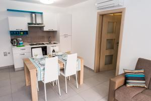 A kitchen or kitchenette at Blue Sky Apartments