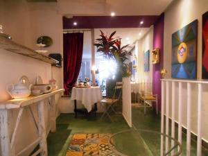 A restaurant or other place to eat at Solar das Artes Pousada Boutique - Salvador
