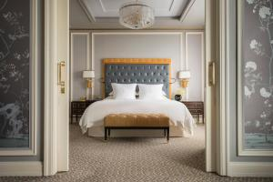 A bed or beds in a room at Four Seasons Hotel Jakarta