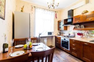 A kitchen or kitchenette at Molnar Apartments Kiselyova 10
