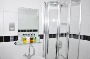 A bathroom at Savoro Restaurant With Rooms