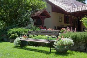 A garden outside Apartament Five Oaks