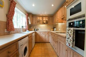 A kitchen or kitchenette at Post Box Cottage
