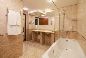 A bathroom at SunFlower Park Hotel