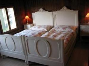 Een bed of bedden in een kamer bij B&B Haus im Löchli