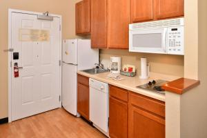 A kitchen or kitchenette at TownePlace Suites Sacramento Cal Expo