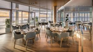 A restaurant or other place to eat at Hilton Auckland