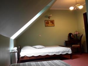 Łóżko lub łóżka w pokoju w obiekcie Pensjonat Leśny Dworek