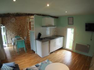 A kitchen or kitchenette at Petit gite a deux pas de l'etang