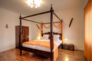 A bed or beds in a room at Hotel Zum Goldenen Stern