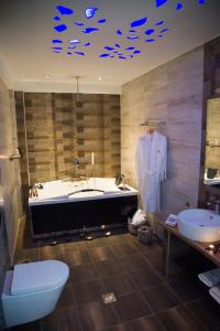 Ένα μπάνιο στο Five Senses Luxury Villas