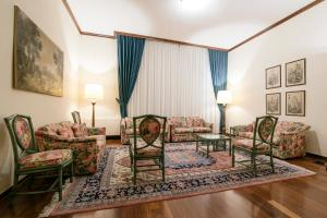 A seating area at Albergo Delle Notarie