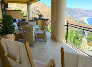 Patio o area all'aperto di PANORAMIC RESIDENCE with Pool & View