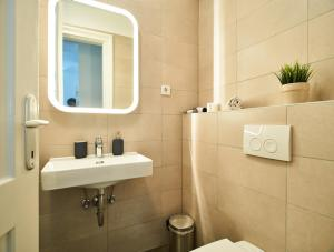A bathroom at Central Downtown Apartments by Irundo