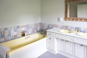 A bathroom at Newton Farmhouse B & B