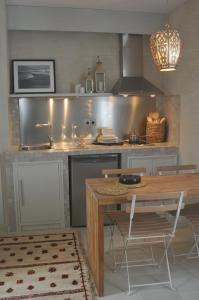 A kitchen or kitchenette at Apartamentos Caravane