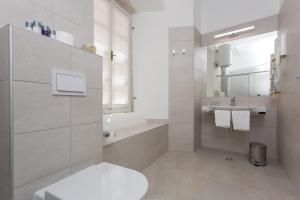 A bathroom at Rooms Klarisa Palace