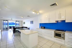 A kitchen or kitchenette at Beach Lodges