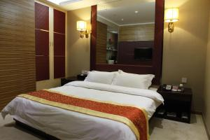 A bed or beds in a room at Milu Hotel