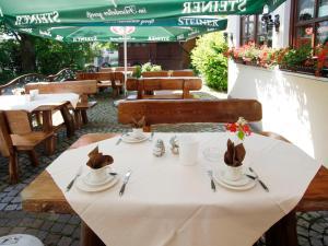 A restaurant or other place to eat at Hotel Garni zum Gockl
