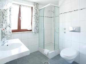 A bathroom at Hotel Garni zum Gockl