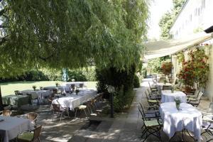 Ein Restaurant oder anderes Speiselokal in der Unterkunft Hotel Landgut Burg GmbH